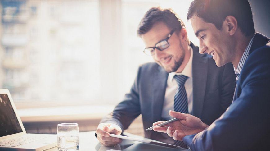мужчины обсуждают бизнес
