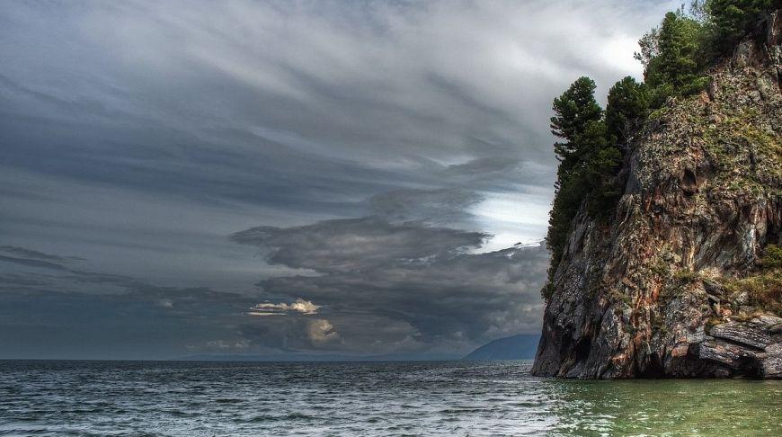 небо и озеро со скалой