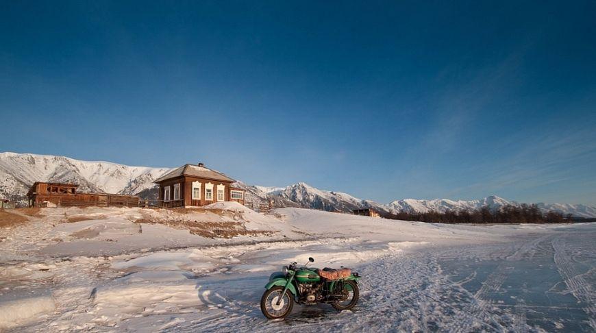 мотоцикл и дом у озера