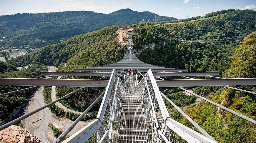 железный мост в воздухе