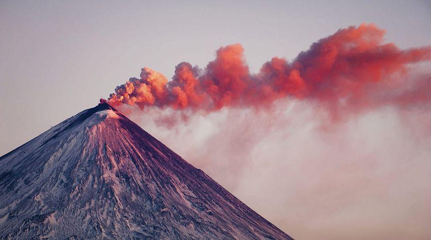 вулкан с красным дымом