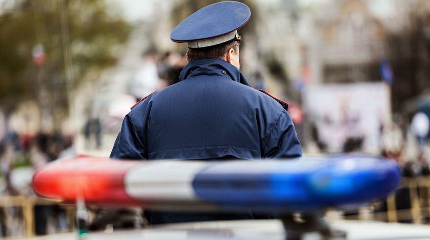 Полицейский и машина с мигалками