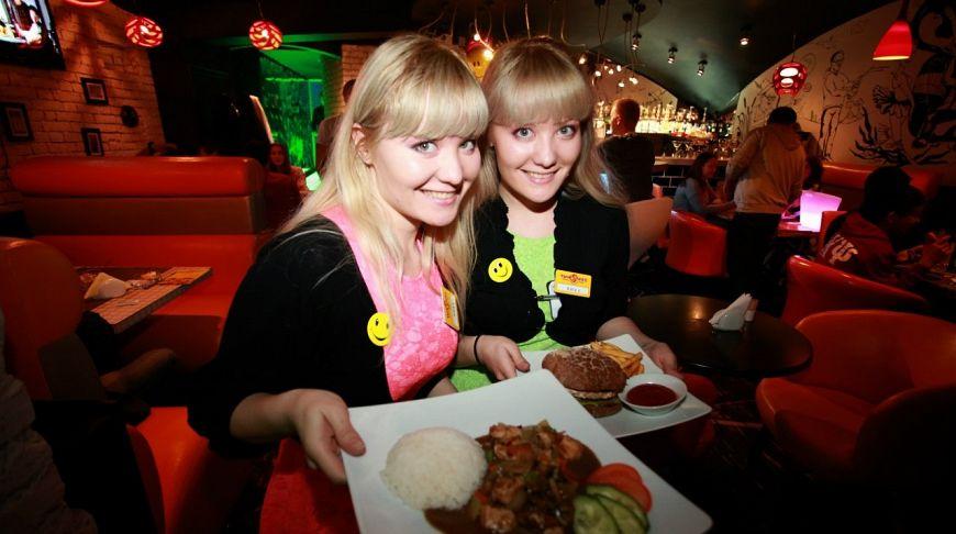 официантки близнецы