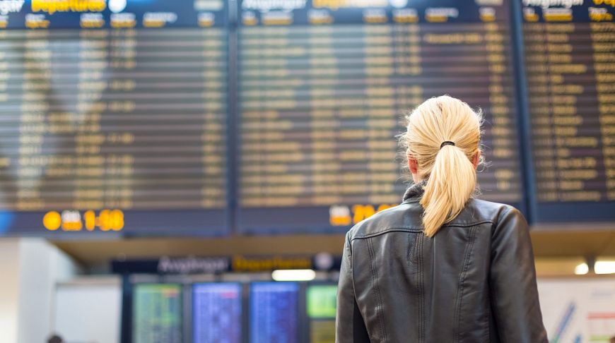 девушка возле табло в аэропорту