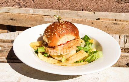 бургер на тарелке с картофелем