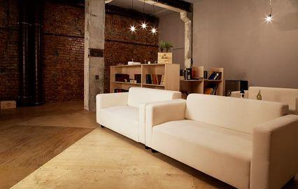 бар с белыми диванами