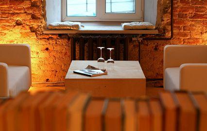 два бокала и журнал на столе