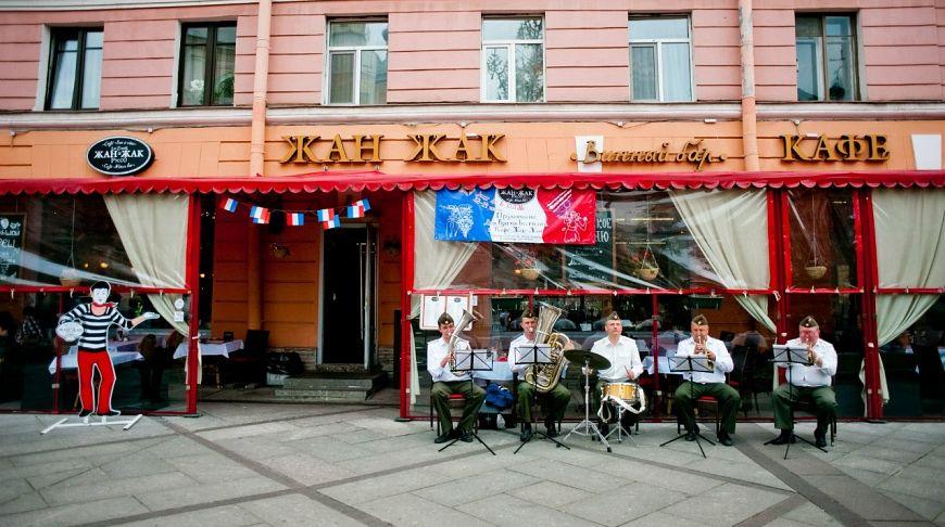 оркестр на улице возле кафе