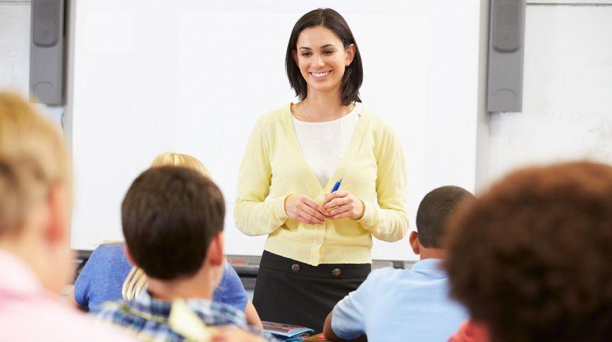 учительница на фоне доски