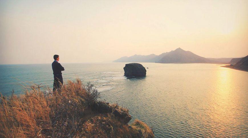 парень смотрит в море