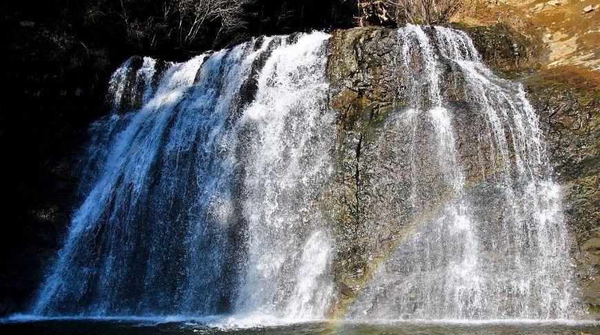 водопад на острове