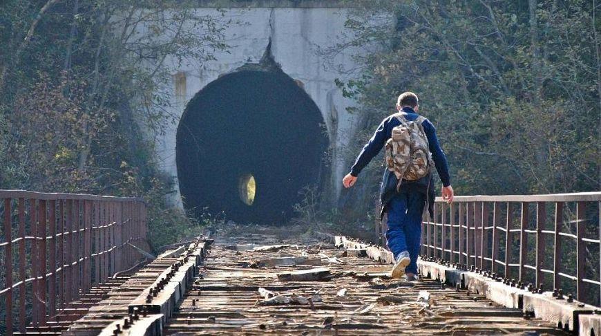 человек на разрушенном мосту