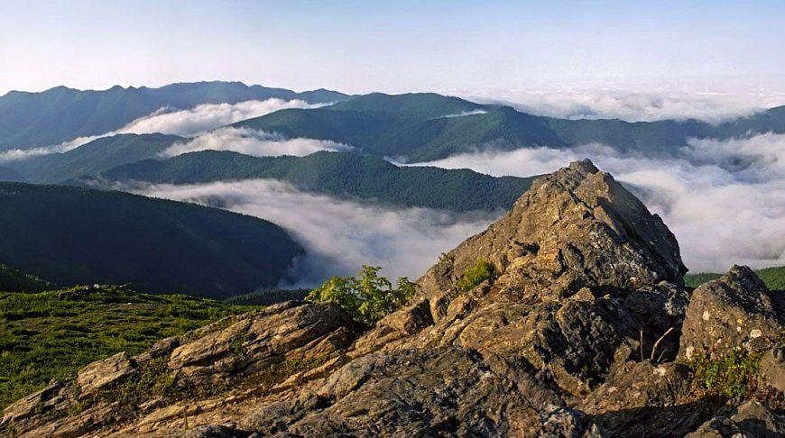 скалы и туман в Сахалинских горах