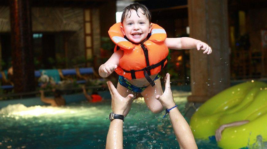 радостный ребенок в аквапарке