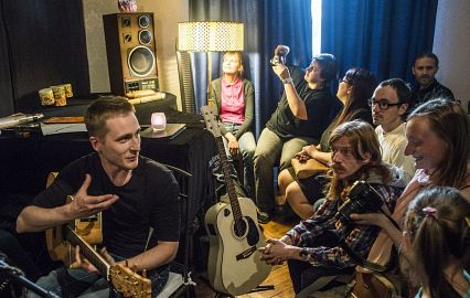 гитары и люди на квартирнике