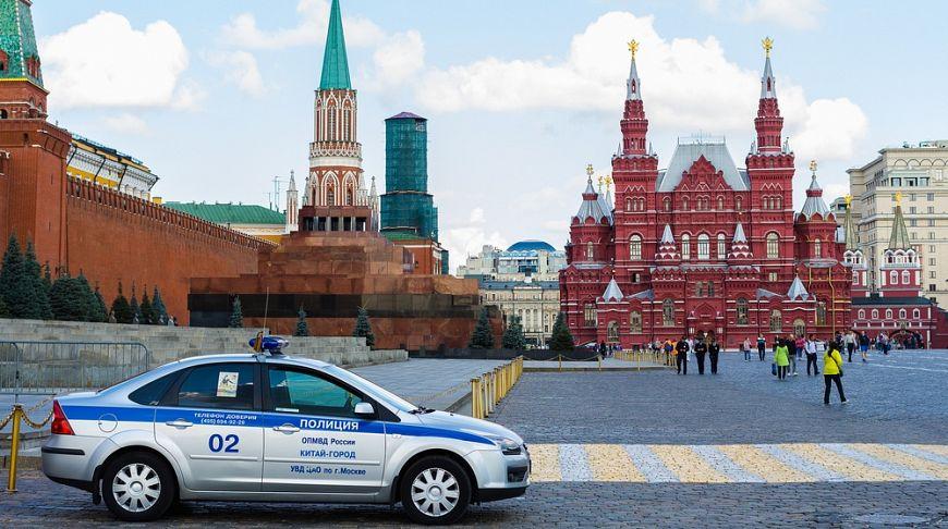 полицейская машина возле Кремля