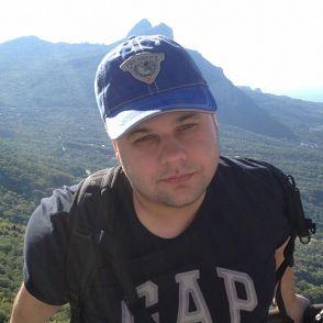 портрет Никиты Иванова на фоне гор