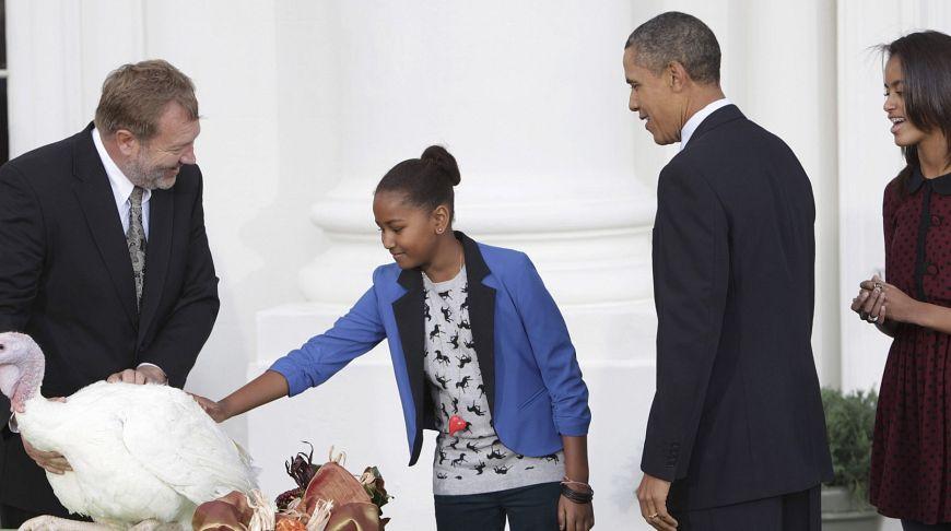 Президент Обама с дочерьми и индейкой по имени «Свобода»