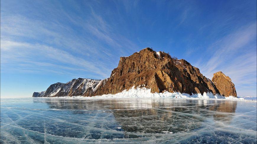 ледяной покров и скала