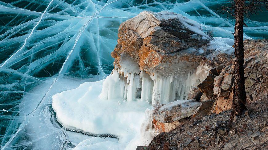 трещины во льду на Байкале