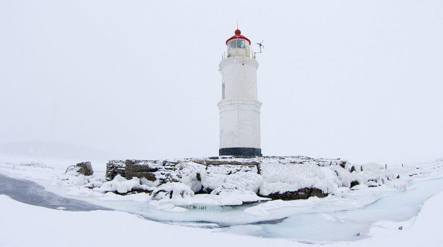 маяк, покрытый снегом