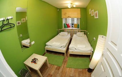 комната хостела в зеленых цветах