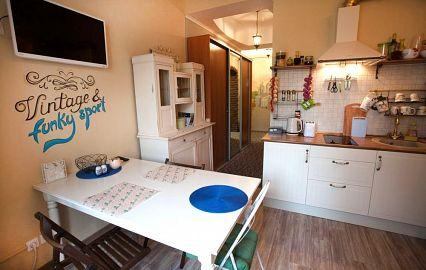 необычное оформление кухни в хостеле