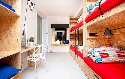 светлая комната с яркими кроватями