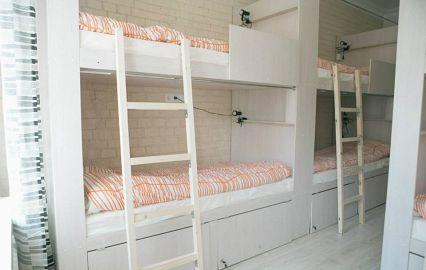 кровати с лесенками в хостеле