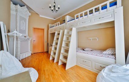 уютный номер с двухярусными кроватями