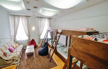 комната с большим количеством кроватей
