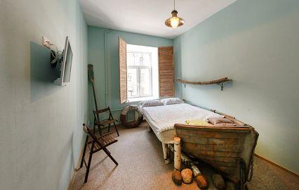кровать-лодка в хостеле