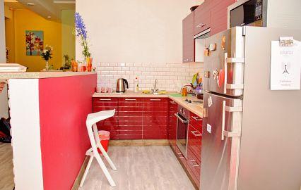 общая кухня в красных оттенках