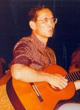 король играет на гитаре