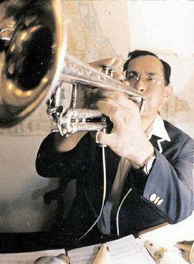 король играет на саксофоне