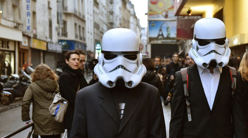 Фанаты в масках штурмовиков на премьере в кинотеатре Grand Rex в Париже