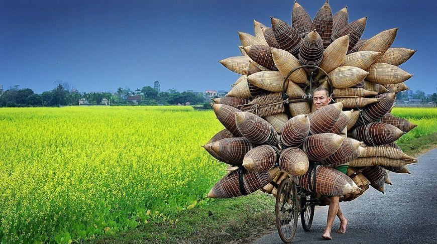 Мужчина с рыболовными бамбуковыми корзинами