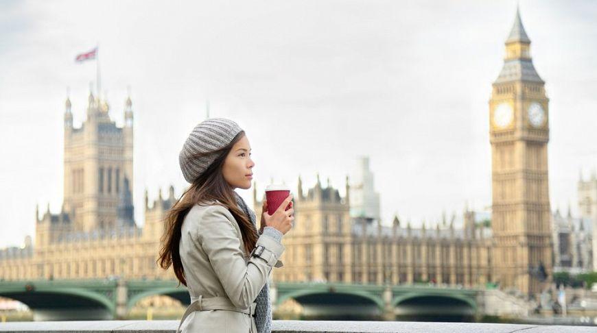 девушка с кофе в Лондоне