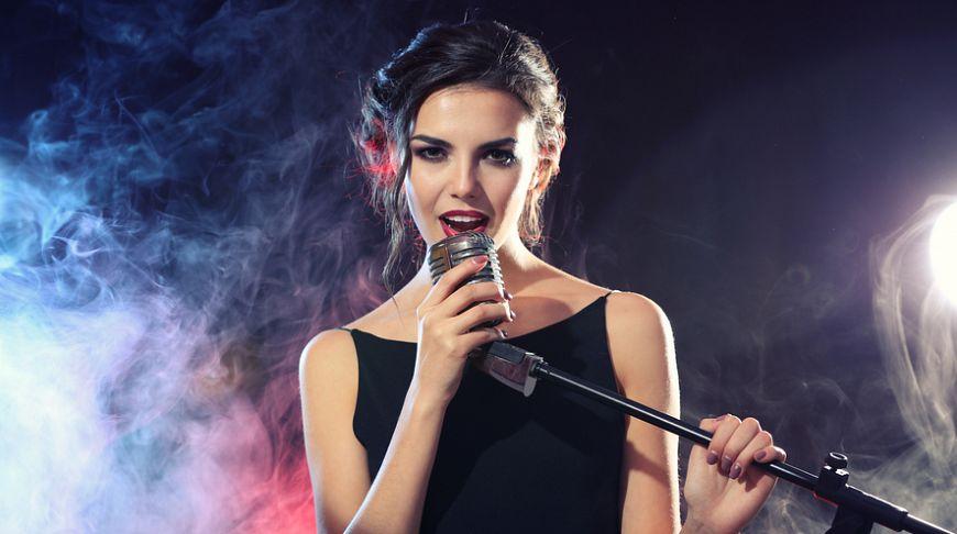 Девушка в караоке клубе