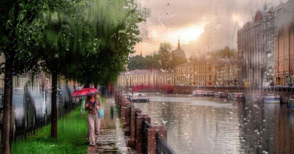 В Петербурге дождь: атмосферные фото Северной столицы