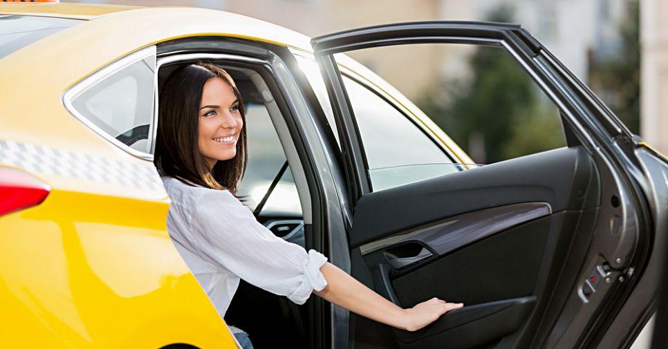«Шеф, два счетчика!»: 6 сервисов такси в Москве с оптимальными ценами